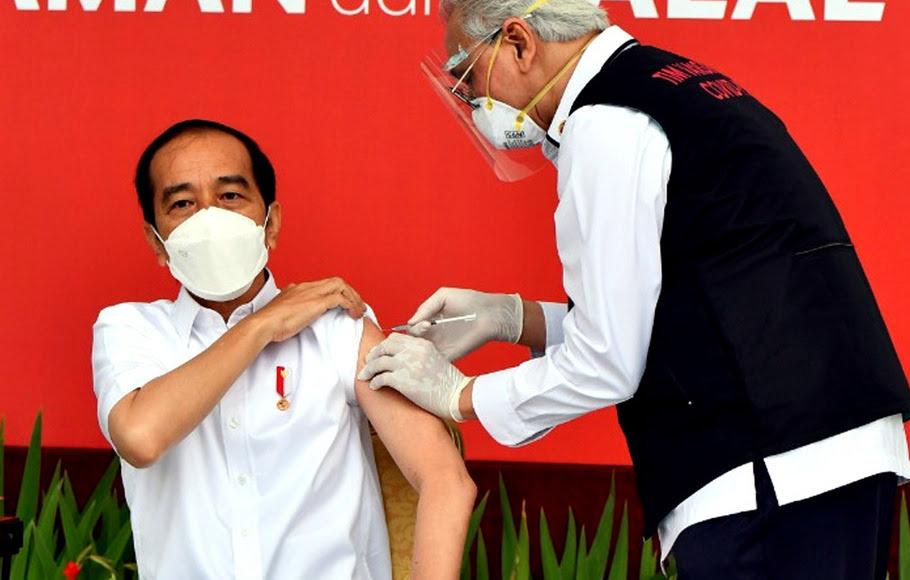 Presiden Joko Widodo saat mendapatkan suntikan vaksin Covid-19 di teras Istana Merdeka, Jakarta, Rabu (13/1/2021).